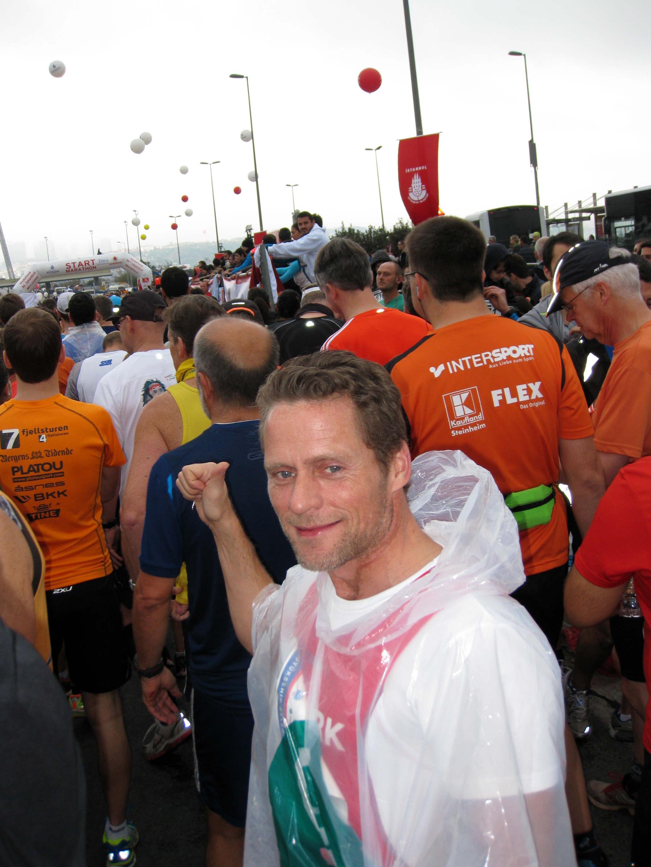 Nu ved startlinjen på Asien siden af broen, Kim Nielsen, fætter.  Kim´s marathon nr. 2